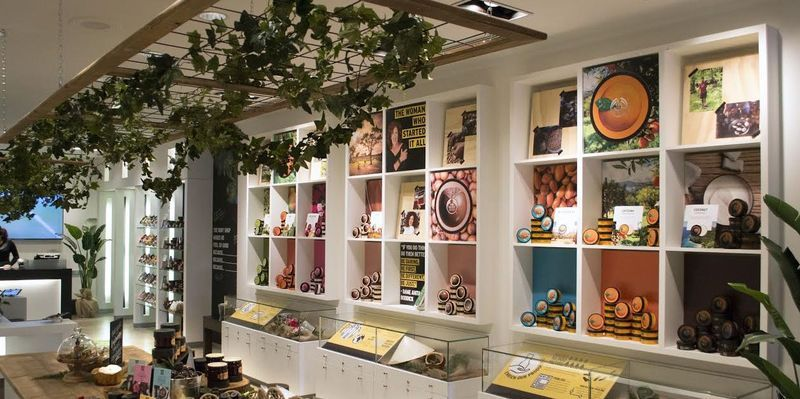 Storytelling Cosmetic Shops love the design inside out Pop up