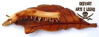 Bruco che mangia la foglia in legno di ulivo