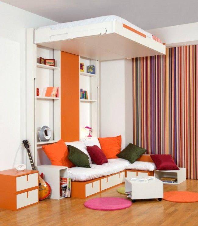 dieses kleine zimmer besitzt ein bett das sich h her und. Black Bedroom Furniture Sets. Home Design Ideas