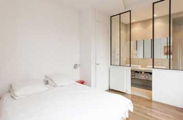 5 fa ons de s parer la salle de bain dans une suite for Tete de lit separation salle de bain