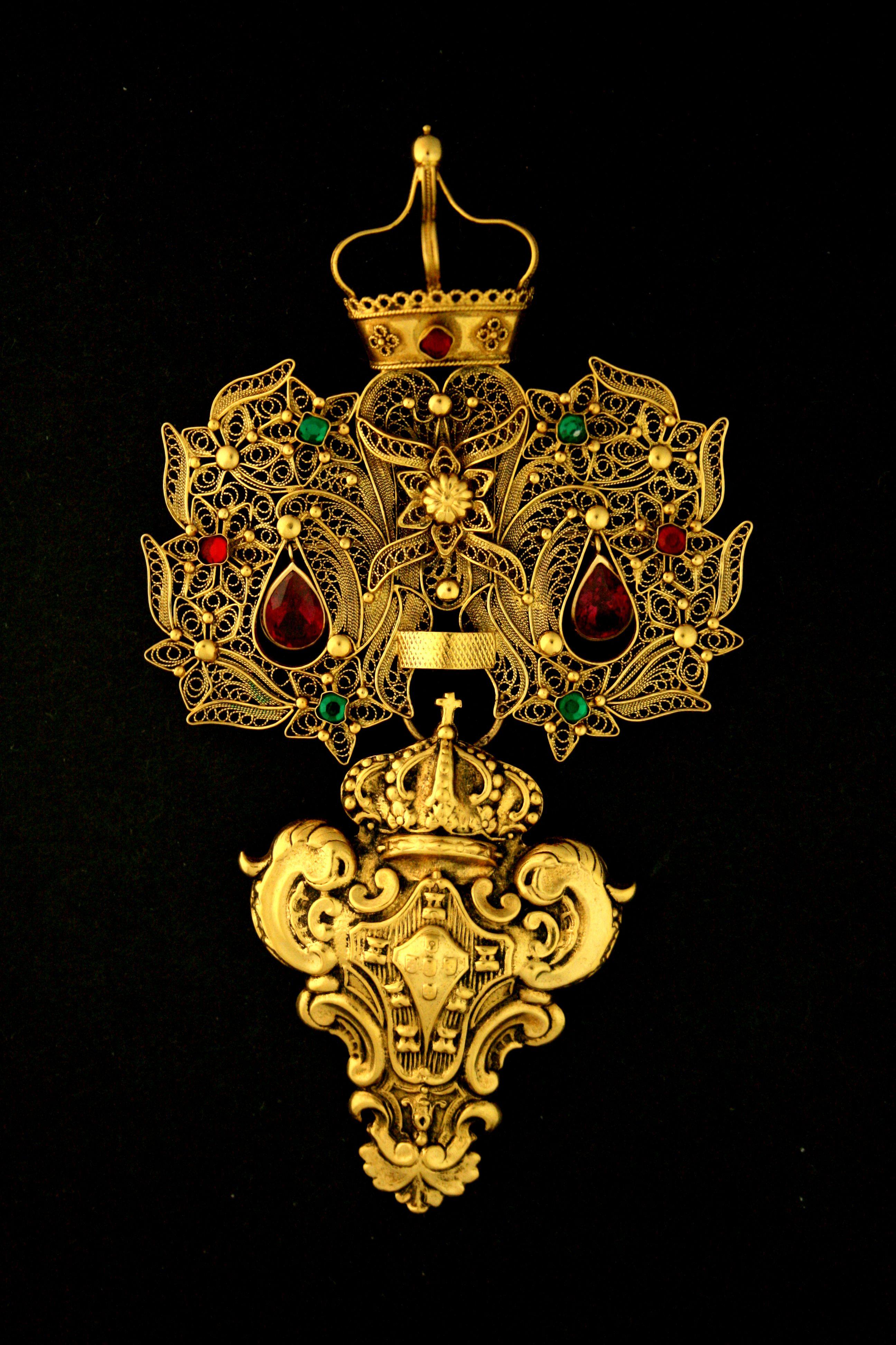 Livro Ourar e Trajar - http://www.museudaourivesaria.com