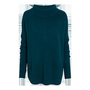 En mjuk och mysig mix mellan en stickad tröja och vid poncho. Den vida skorstenskragen blir pricken över i:et som gör tröjan till ett stilsäkert val för kalla dagar.
