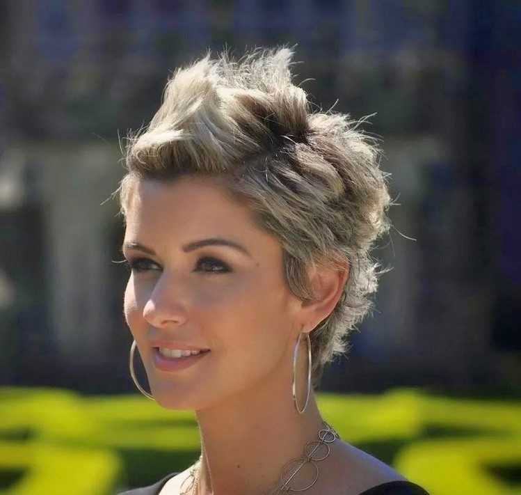 Coiffure Sophie Davant Adoptez Sans Plus Tarder La Coupe Courte Maison 2018 Cheveux Courts Coupe De Cheveux Courte Coiffure Courte