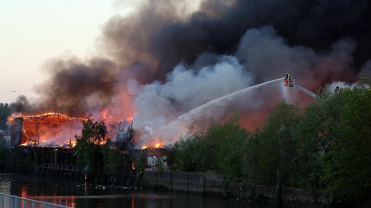 Lagerhalle steht in Flammen: Hamburger Hafengeburtstag endet mit Großbrand
