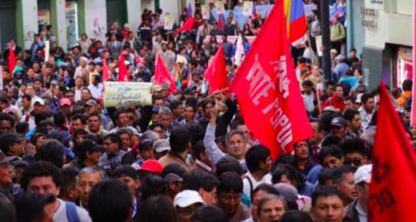"♫ SE VA, SE VA, SE VA, SE VA...♫ Correa denuncia ""golpe blando"" en su contra"