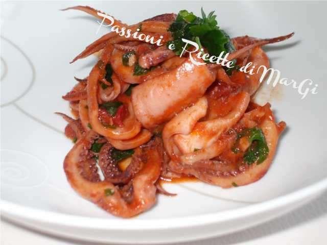 Totani in umido, un secondo di pesce facile e veloce da preparare che vi farà leccare i baffi. Seguite la ricetta con foto passo passo e sarà un successo.
