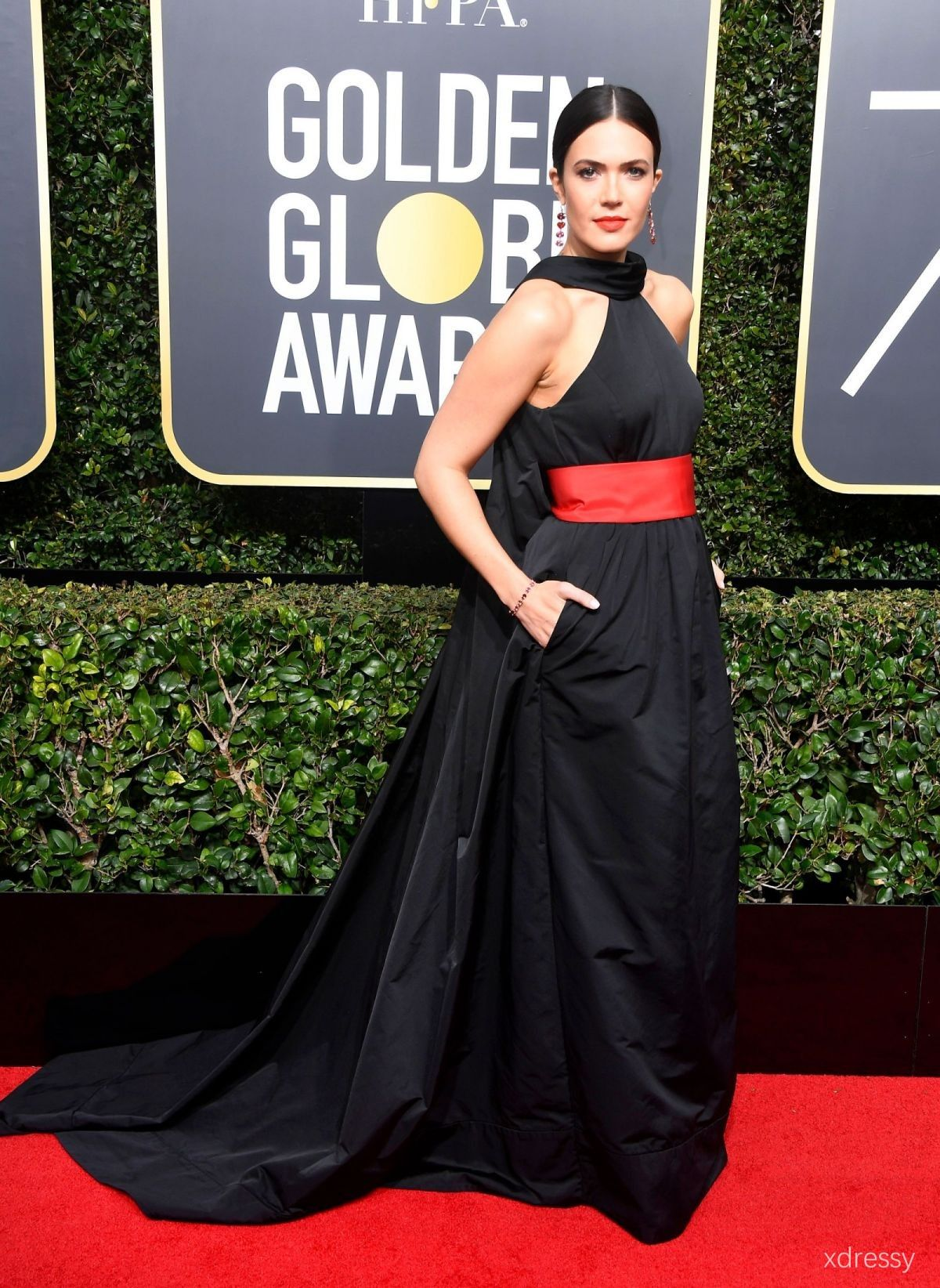 Mandy moore black satin halter neck with red band court train prom