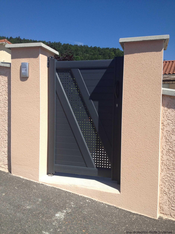 Portail Maison harmonisez portail et portillon pour embellir l'entrée de la maison