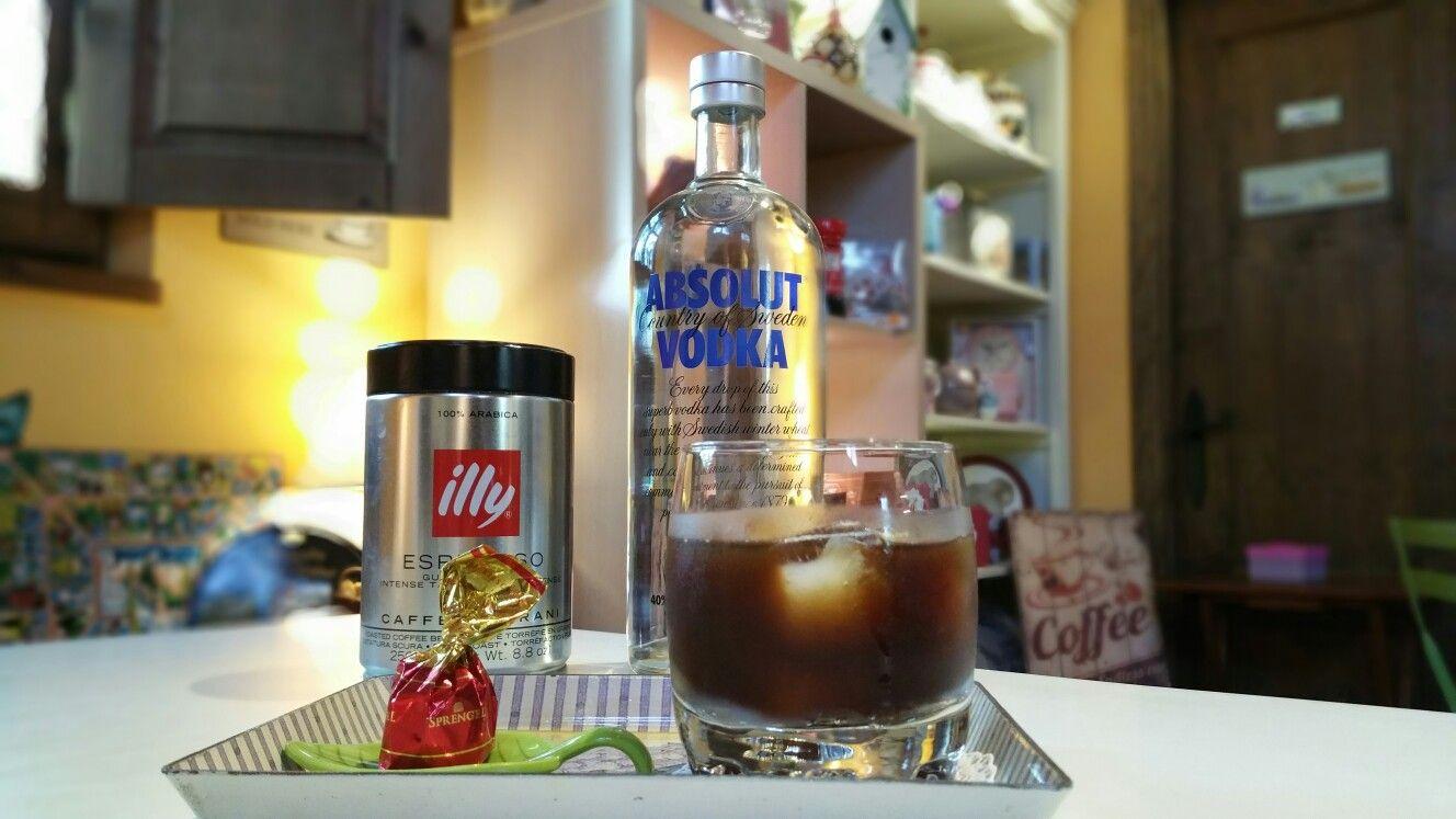 Cóctel Black Russian En La Oca En El Océano Hecho Con Licor De Café Illy Y Absolut Vodka En Un Vaso Ancho De Wisky Y Decorad Licor De Cafe Absolut Vodka