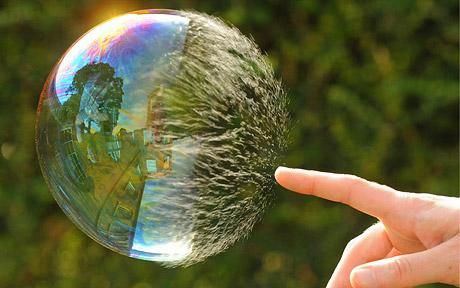 Photo captures the exact moment a bubble pops.   At se det man ikke kan se med det blotte øje