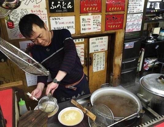 Fukuoka i vest japan er hjem til tonkotsu ramen (nudler i svinekød suppe). Suppen er typisk kogte i over en døgn og har en dybt komplekssmag. Desværre i København er der ikke nogle ramen butikker der laver tonkotsu på den sammen niveau end i Japan. Paris og London vil være tættest hjemmefra hvis du ønsker at smag ægte tonkotsu.