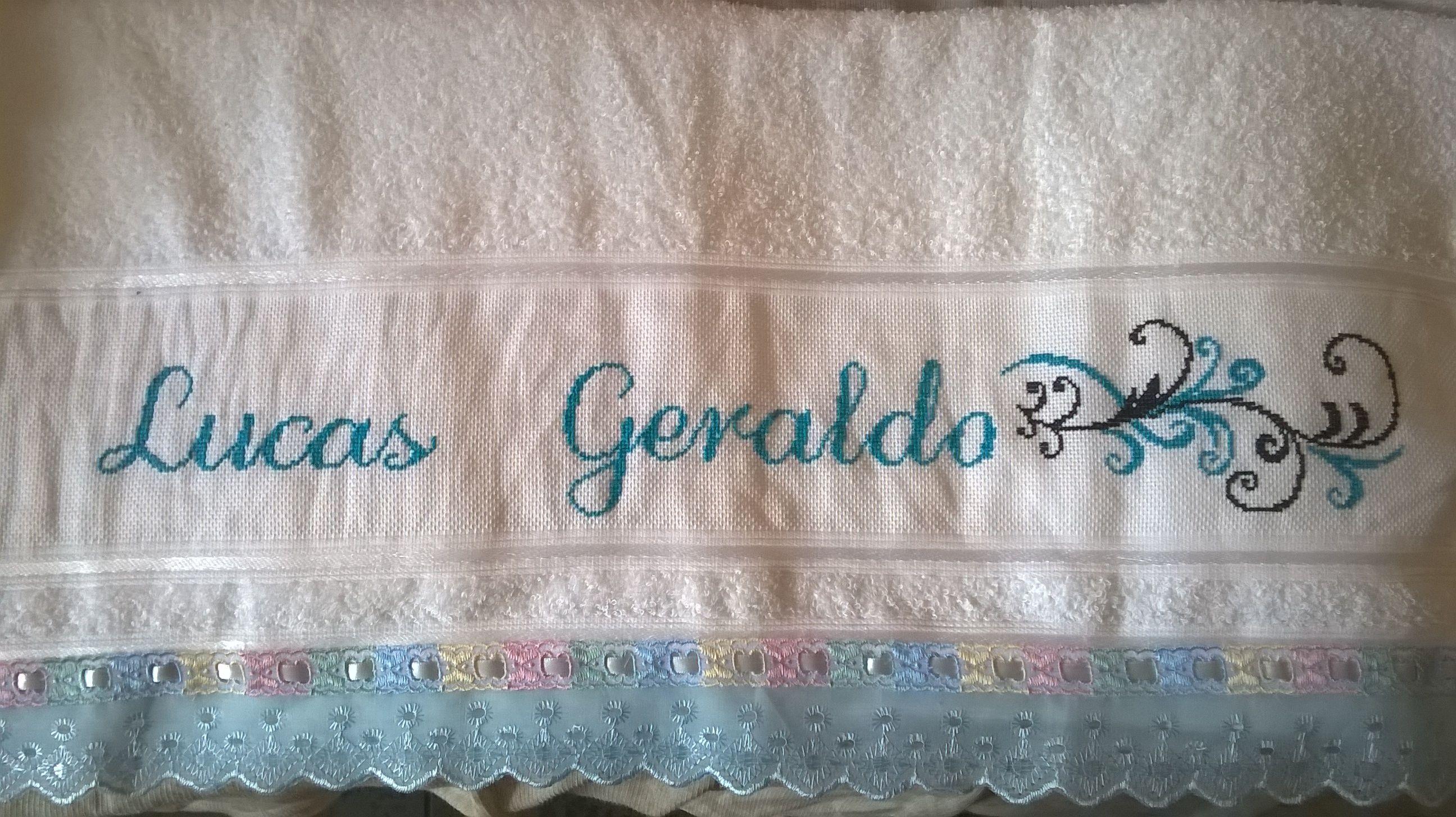 Toalha de banho com nome Lucas Geraldo e desenho de harmonia