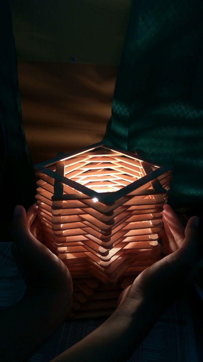 Cara Membuat Lampu Hias Dari Stik Es Krim Dengan Mudah Dan Murah Check More At Https Rumahgila Com 2018 04 26 Cara Membuat La Seni Dan Kerajinan Hiasan Lampu Kerajinan stik es krim lampu