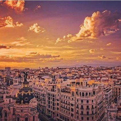 ¿Te gustaría disfrutar muy de cerca del Edificio Metrópolis, Círculo de Bellas Artes, Palacio de Cibeles o Banco de España? Ven y conoce todas nuestras terrazas con vistas privilegiadas a los edificios y calles más emblemáticos de Madrid. Pic Credit: @prokhortsev #Madrid #ThePlaceToBe #Views #Sunset #GuestPicture