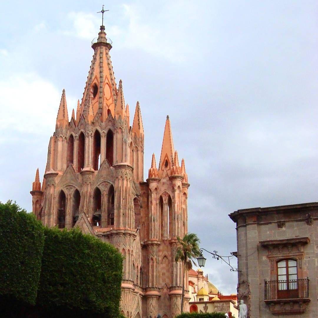 La Parroquia original de San Miguel Arcangel se construyo en 1555. #sanmigueldeallende #guanajuato #mexico #pueblitosdemexico #pueblosmagicos #templosmx #templosdemexico #virreinatomx #ig_mexico #ig_captures #pasionxmexico #pasionxguanajuato...