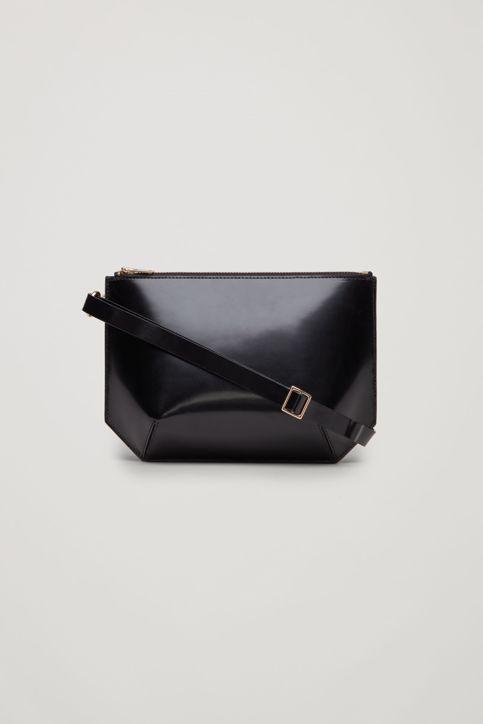 867a42ad242 COS   Multifunctional leather bag   COS   Accessories en 2019 ...