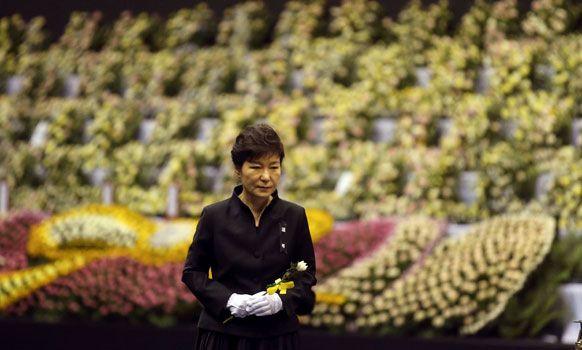La presidenta surcoreana, Park Geun-hye, rinde tributo a las víctimas del naufragio el 16 de abril de 2014. Foto: AP.