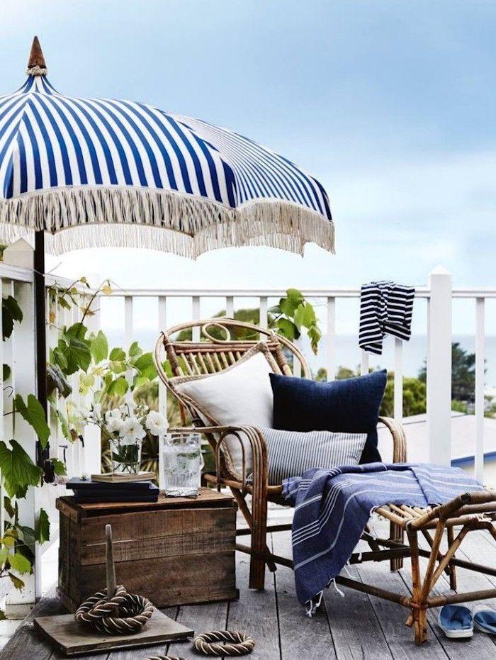 Décoration pour balcon cosy meubler sa terrasse avec meubles en bois vintage parasol bleu