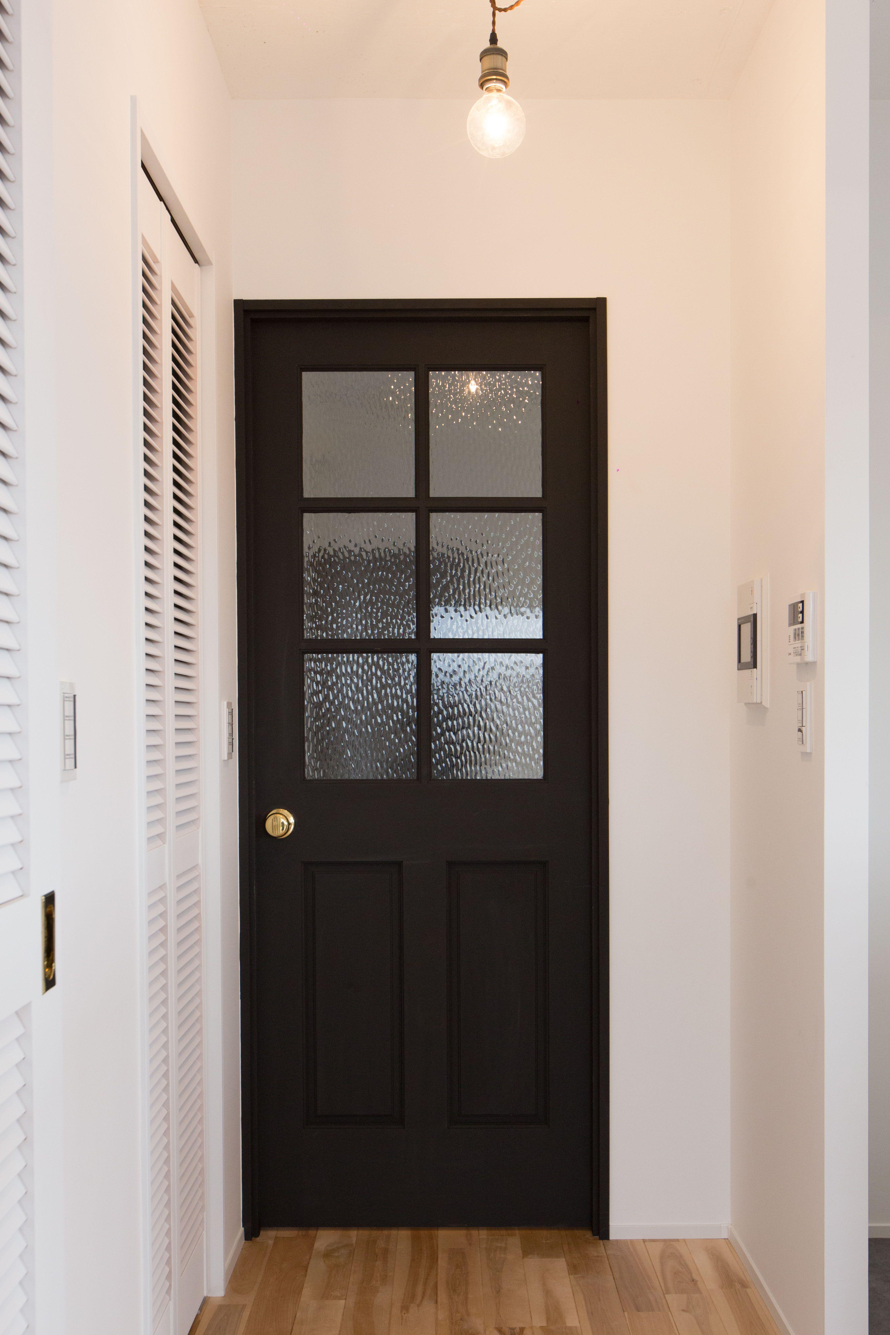 黒い扉がまたかっこよくシックに決まっています 黒い扉 扉 ドア