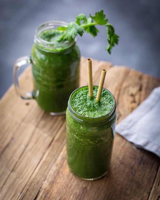 Batido verde: 3 tazas de agua fría (también puede ser agua de coco). 2 tazas de espinacas cortadas. 1 taza de lechuga romana cortada. ½ taza de tallo de apio cortado. ½ plátano. 1 pera pequeña. El zumo de 1 limón. 1 cucharadita de canela