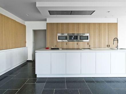 Tijdloze moderne designkeuken in fineer eik en matwitte uitvoering interieur pinterest for Interieur moderne