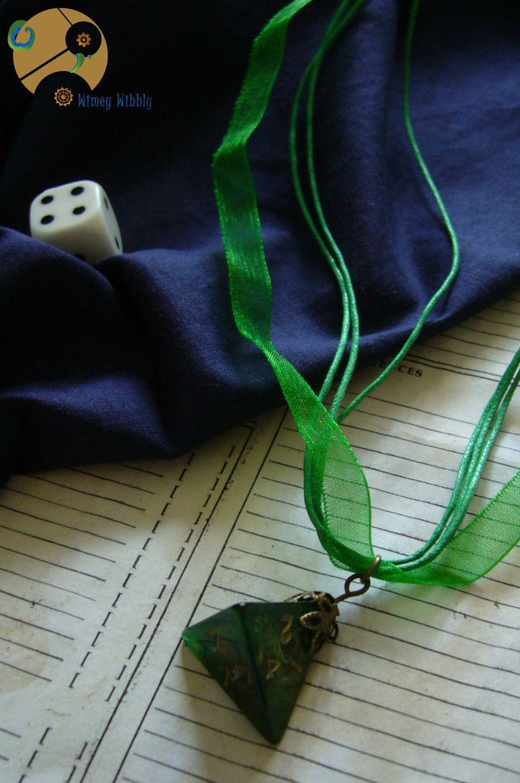 Très joli collier geek avec son beau dé à 4 faces utilisé en jeu de rôle. A coup sûr, ce collier geek rôliste dé à 4 faces en charmera plus d'un(e) par son originalité et fera de vous le centre de tous les regards.  9,50 euros