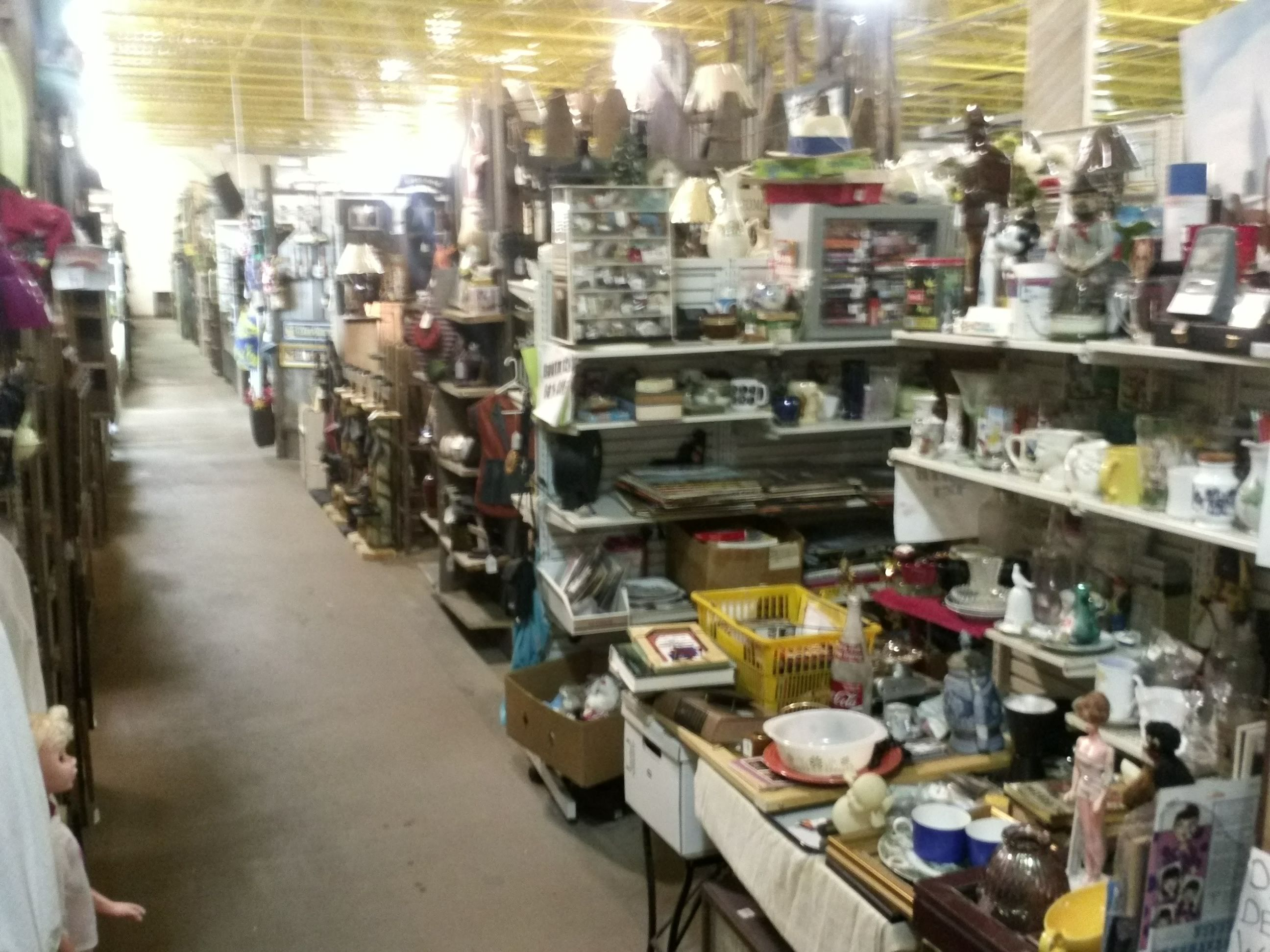 Beaver Creek Antiques 22 000 Square Feet Of Shopping Dining And Entertainment This Is A Shopping Experience That Will St Flea Market Fleas Amish Country Ohio