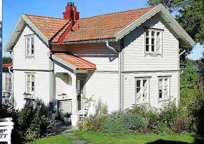 Skandinavisches haus grundriss  studio karin: FASADFÄRG PÅ SEKELSKIFTESVILLA I TRÄ   Inspirational ...