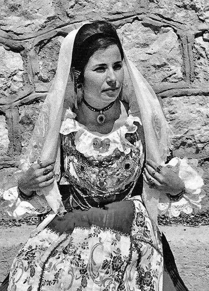 Donna di Pula in costume tradizionale e gioielli. Sardegna ... d1fc37a4b85