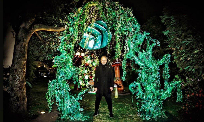 De Cuento De Hadas El Increible Jardin De Navidad Que Miguel Bose Ha Instalado En Su Casa De Mexico Jardin De Navidad Casas En Mexico Miguel Bose
