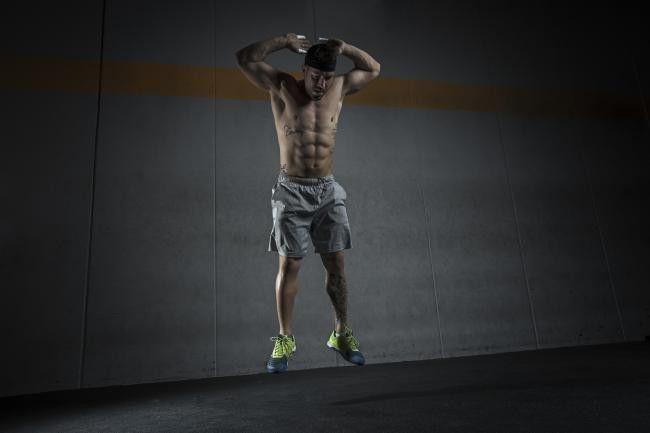 Los ejercicios que involucran saltos desarrollan la fuerza explosiva de nuestros músculos mientras al mismo tiempo, logran subir nuestras pulsaciones permiti...