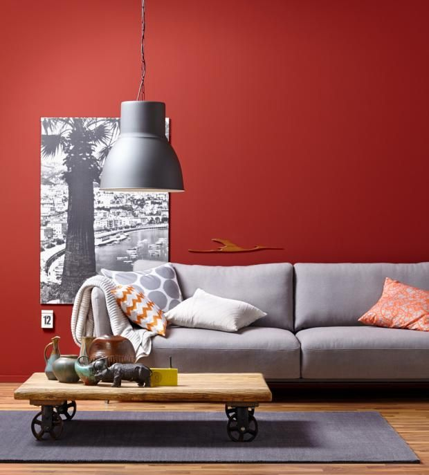 Wand In Rot Plus Sofa In Grau