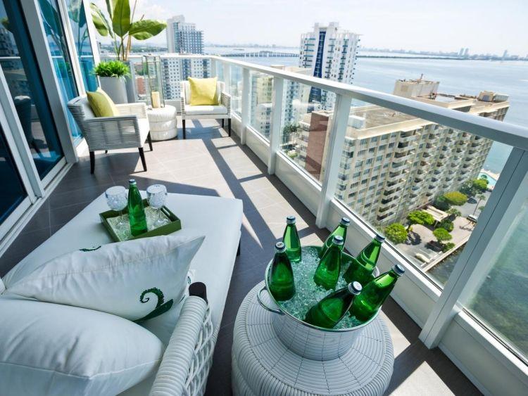 Balkon Gestalten Gemuetlich Ausblick Weiss Modern Glasgelaender