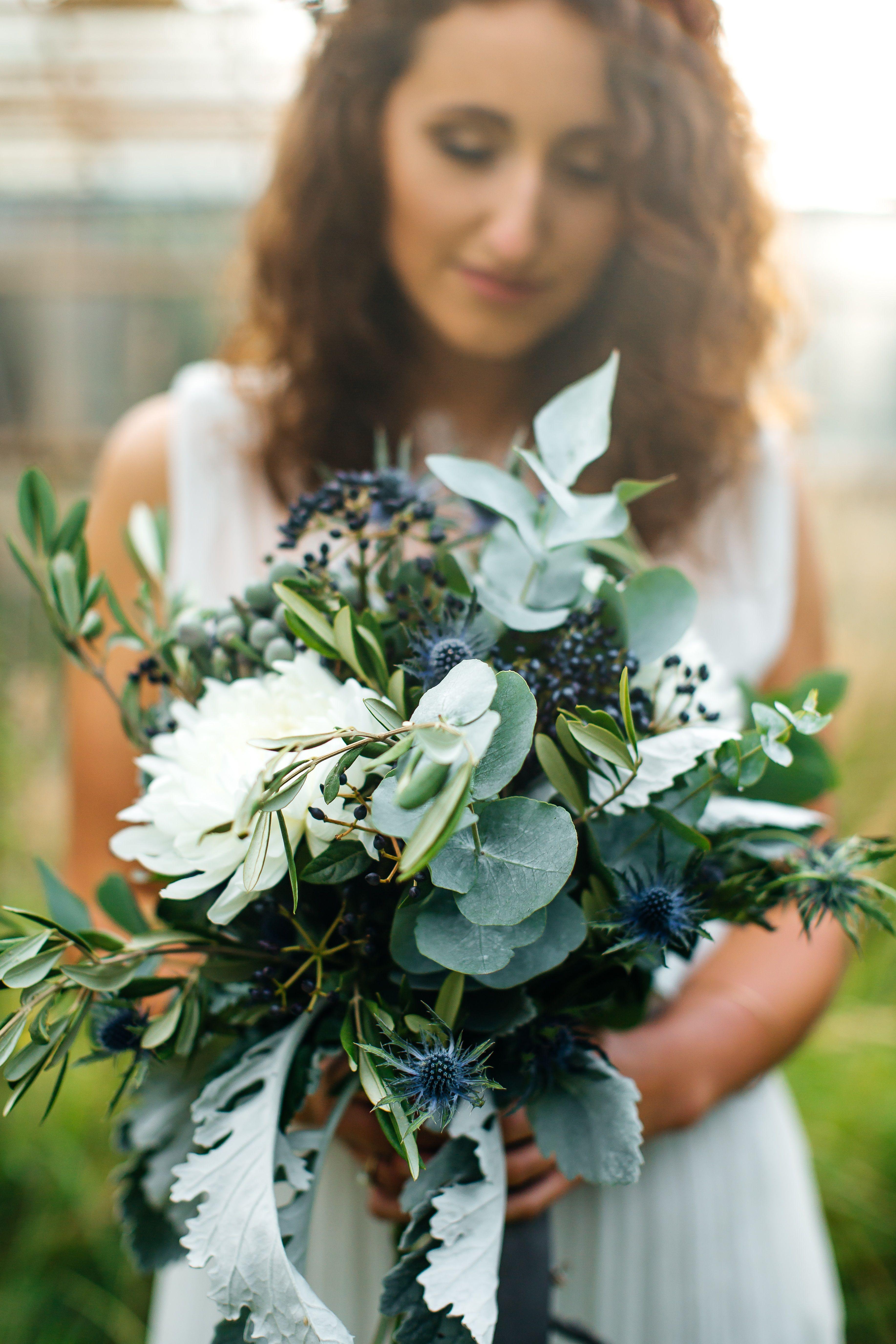 Styled Shooting Bride Braut Bridalbouquet Eukalyptus Disteln Olivzweige Bridaldress Gewachsha Hochzeitsblumen Blumenstrauss Hochzeit Brautstrauss