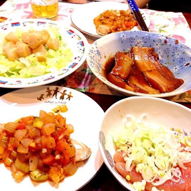 これから旦那といただきま〜す - 4件のもぐもぐ - タニタの鮭の野菜ソース、豚の角煮、ホタテ貝柱のバター炒め、明太子 by yukikosagara