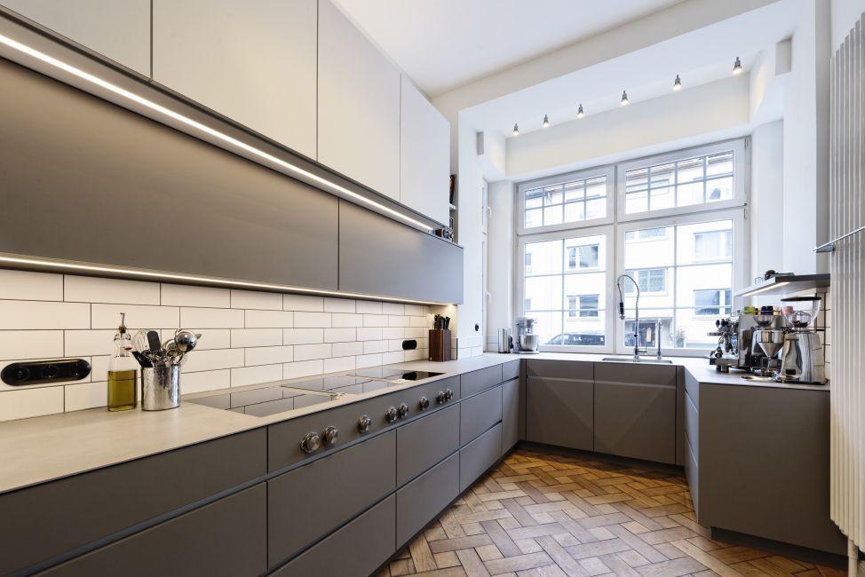 küche nach maß in einem tollen altbau. weiß und grau