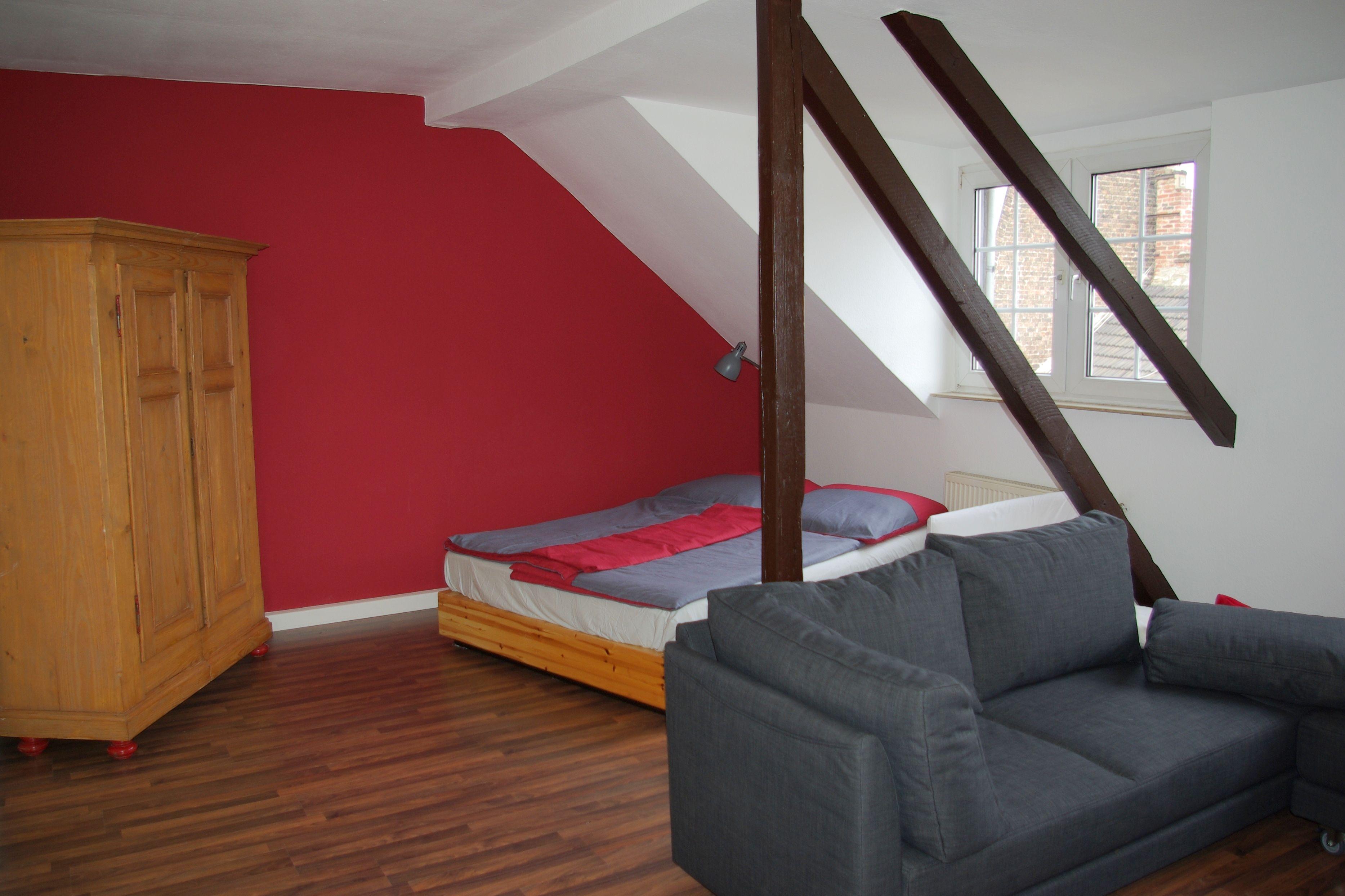 Das große Bett im Wohn und Schlafraum kann abgetrennt