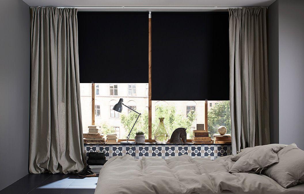 Hálószoba, nagy ablakokkal, fekete black-out rolókkal, és egy ...