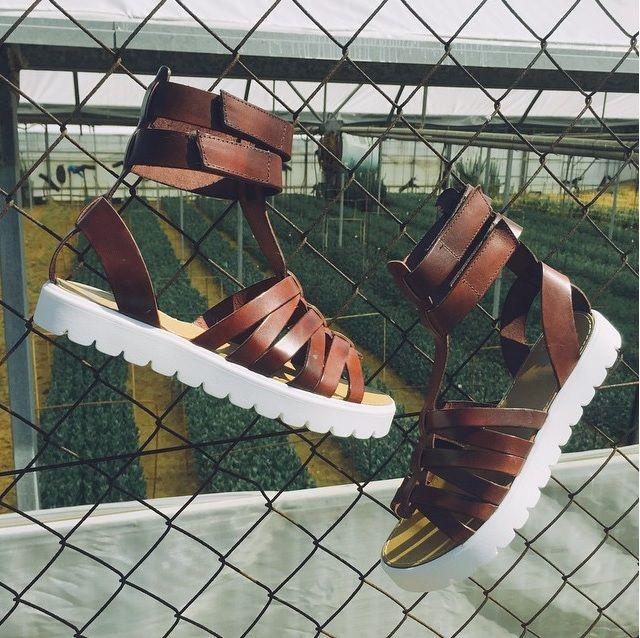 ¡Romanas para este verano! Marca un estilo rompedor allá por dónde vayas. Nos encantan las gladiator de Porronet calzados.