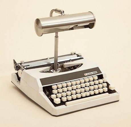 Si no sabéis que hacer con una antigua maquina de escribir aquí tenéis una idea y además es original.