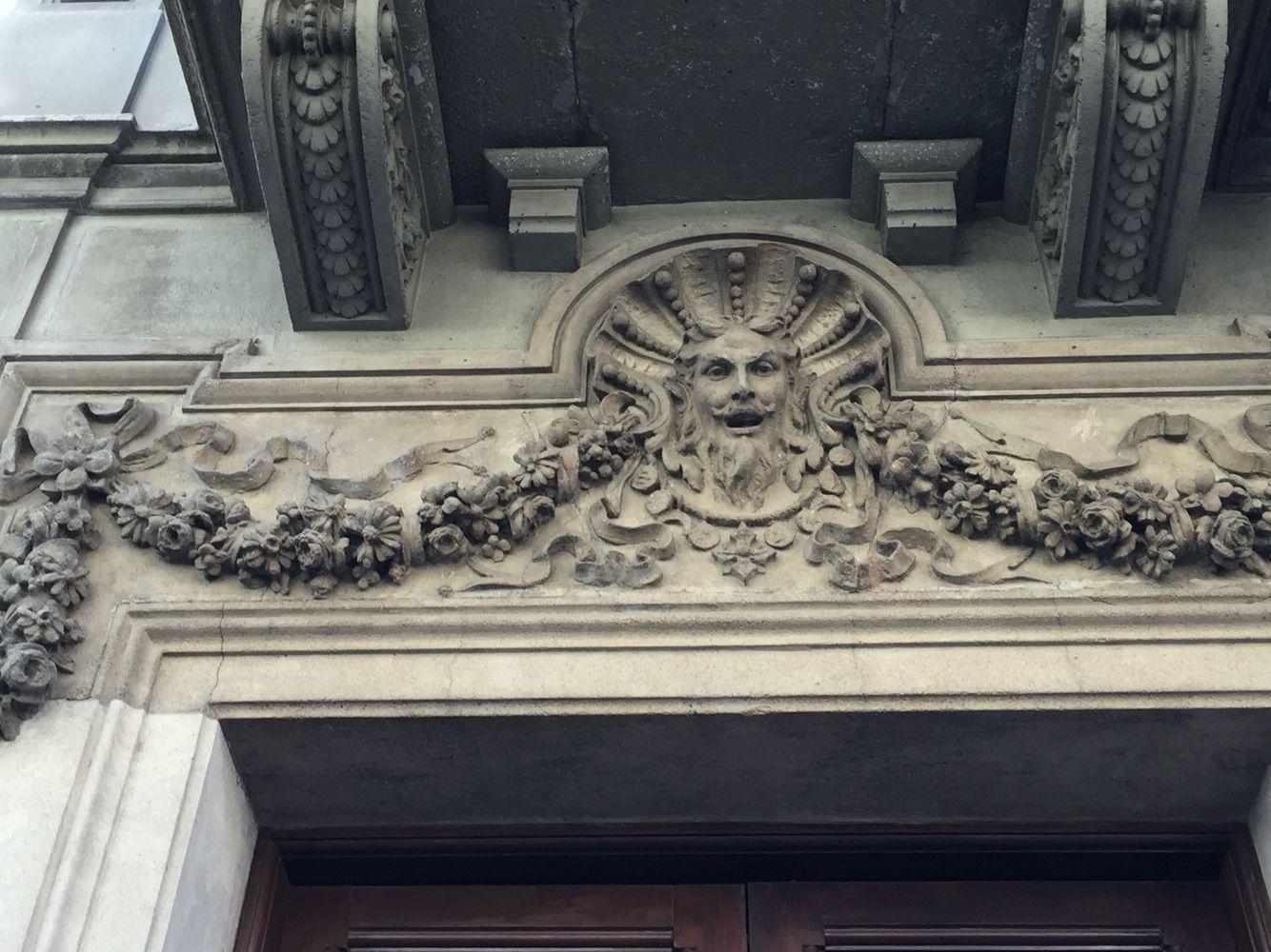 Este edificio usa la naturaleza sobre la puerta   Carrer de balmes