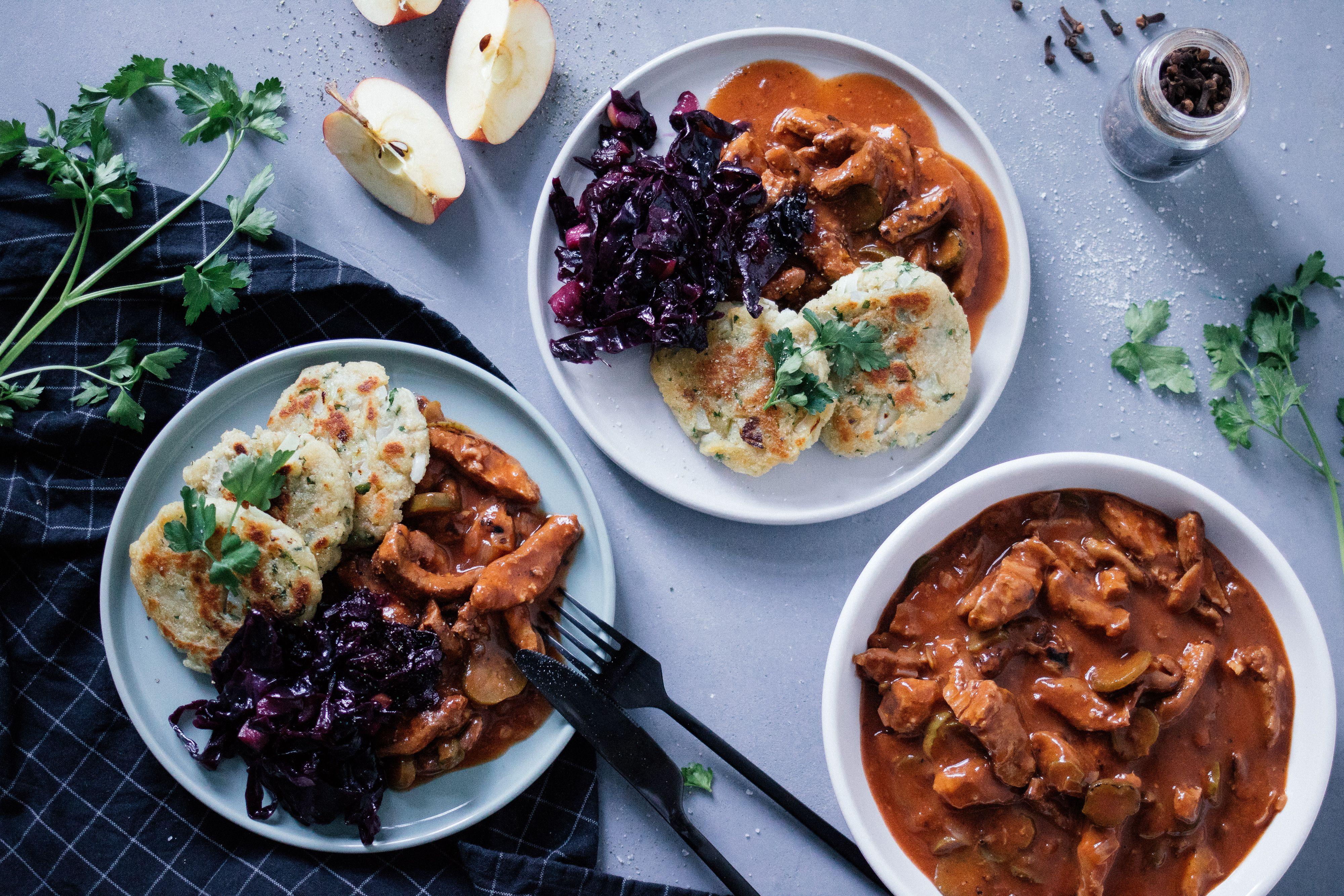 Veganes Gulasch mit Pfannenknödeln & Rotkraut - Zucker&Jagdwurst #howtofryonions