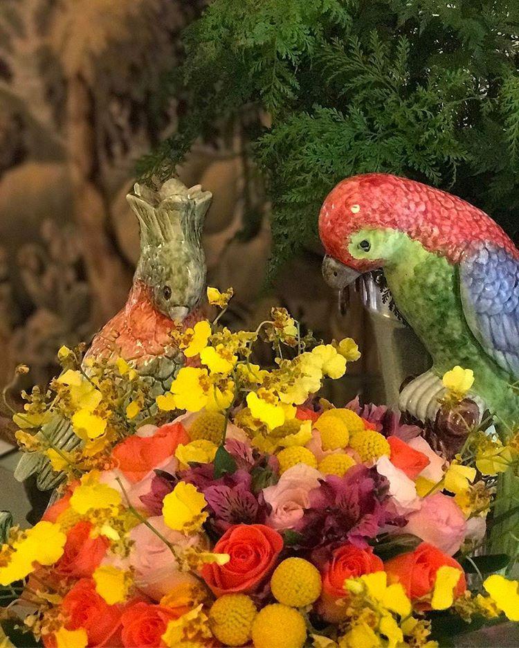 "Giselle Bassi no Instagram: ""Casa cheia de cores, flores e alegria! Arranjo lindo do @alessandrogemus #latabledegiselle #flowerpower #flowerlovers #flowersaddicted…"""