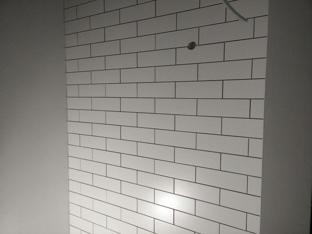 Alakerran wc:n ensimmäinen ja ainoa kaakeloitu seinä