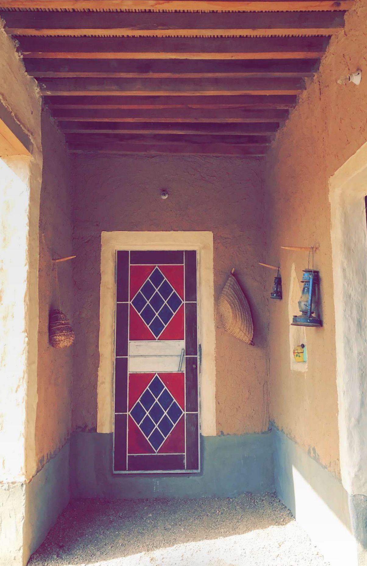 كان الأجداد يعملون لبيوت الطين رسوما وأشكالا جمالية وكان ذلك يتم باليدلواجهة المنزل مثل المثلثات والمربعات وما شابهها كي تبدو Restaurant Design Design Decor