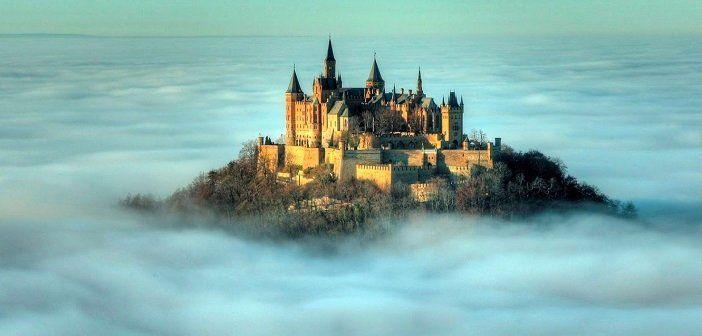 霧に囲まれるモンサンミッシェル