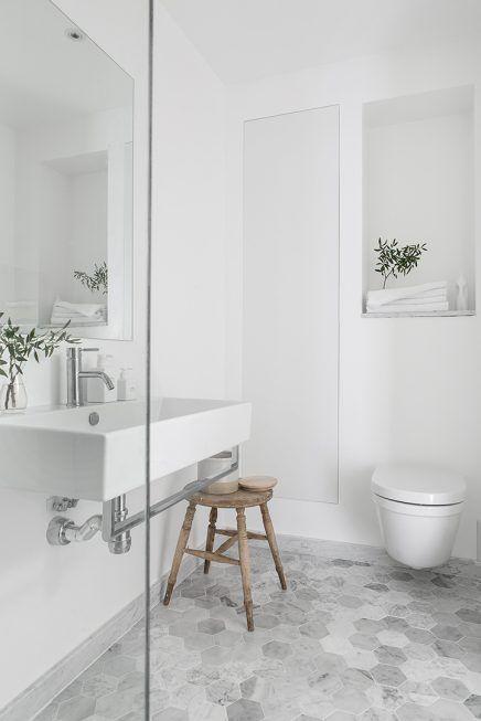 Mooie Scandinavische badkamer van 5,25m2 | Tub shower combo, Marble ...