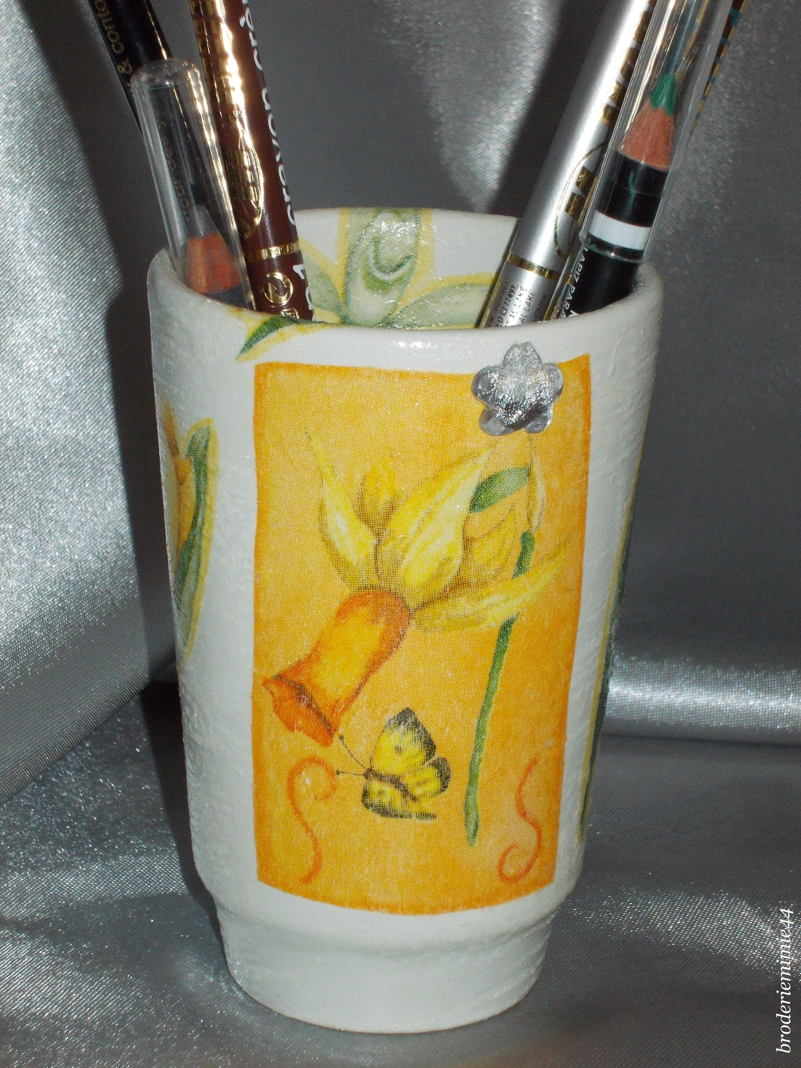 Collage serviette papier & brillant- Jonquille - Pot Diam7.5cm - Décoration -. Blog : http://broderiemimie44.canalblog.com/