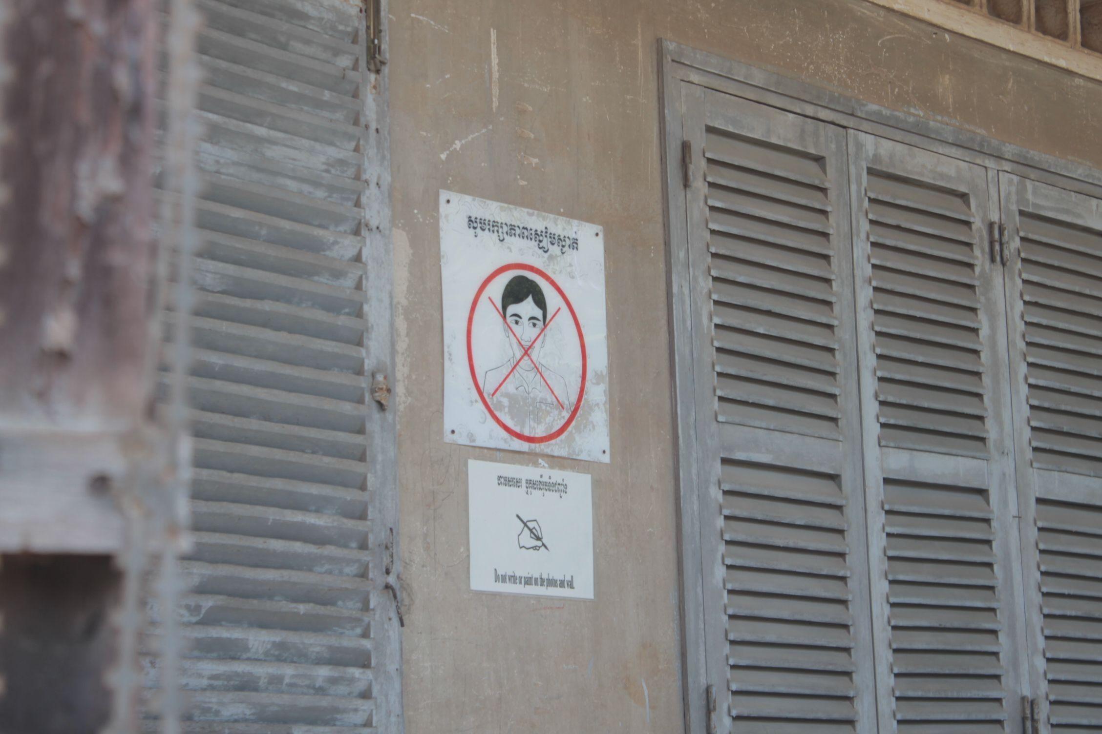 Cartel de prohibído reir en Tuol Sleng