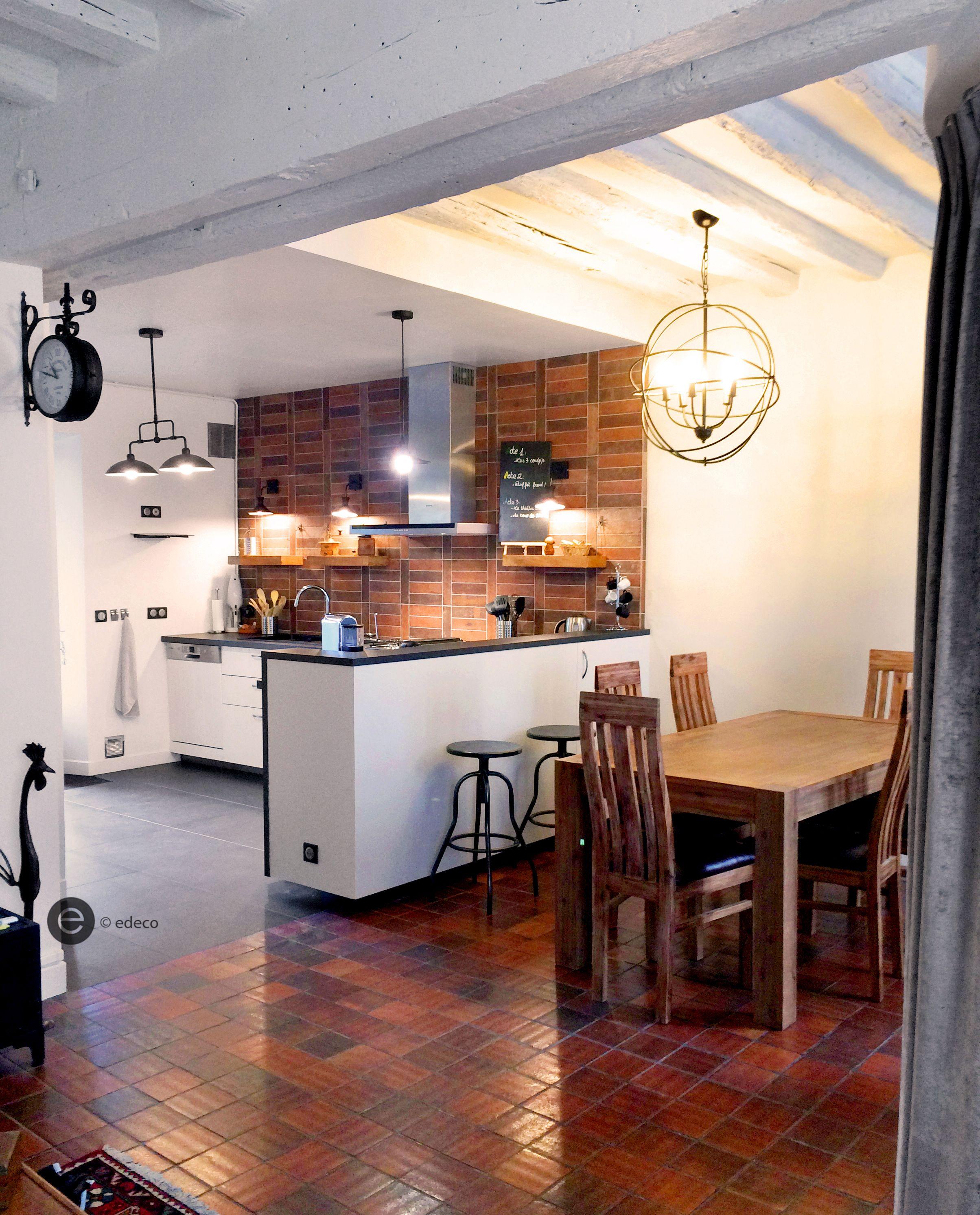 cuisine ouverte avec mur en brique